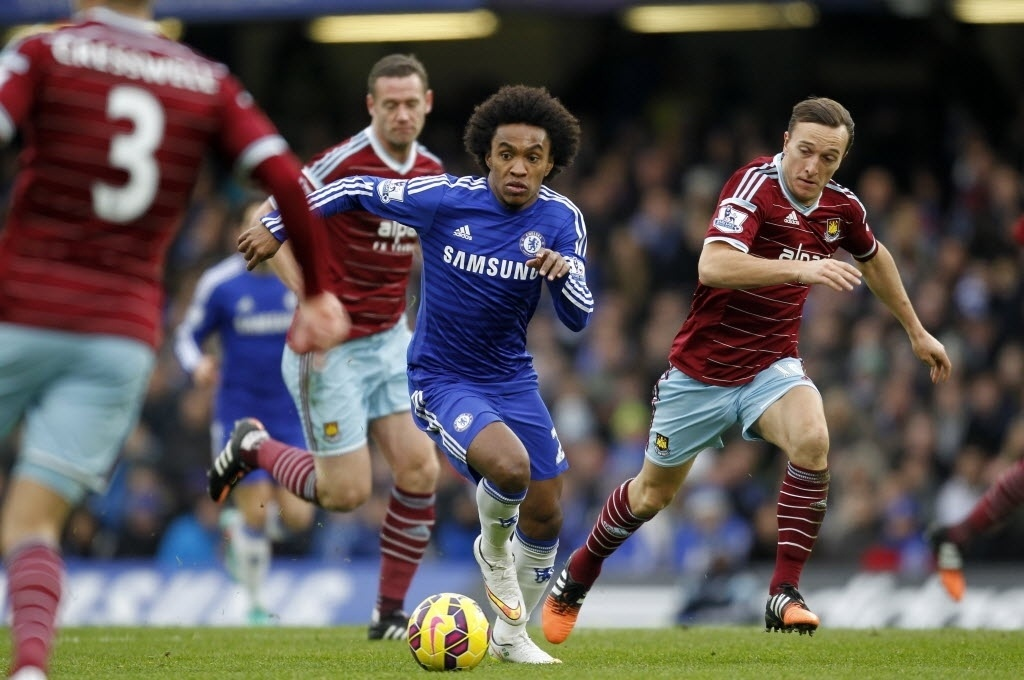 Willian conduz a bola na primeira etapa. Chelsea pressionou o rival nos 45 min, com 1 a 0 no placar