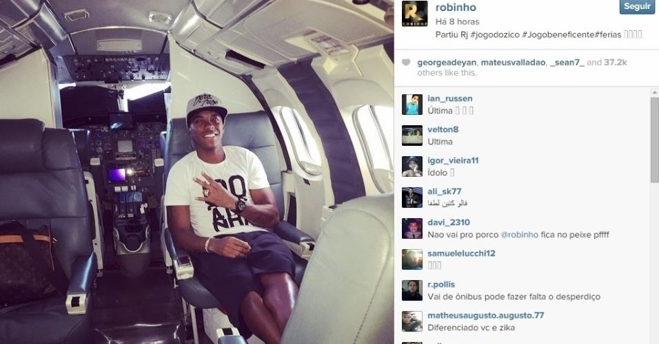 Robinho posta foto em avião rumo ao Rio de Janeiro para amistoso do Zico