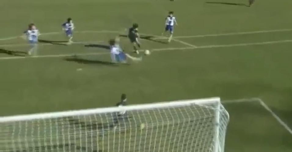 28.dez.2014 - Filho de Zidane, Theo, de 12 anos, marca golaço pelo Real Madrid