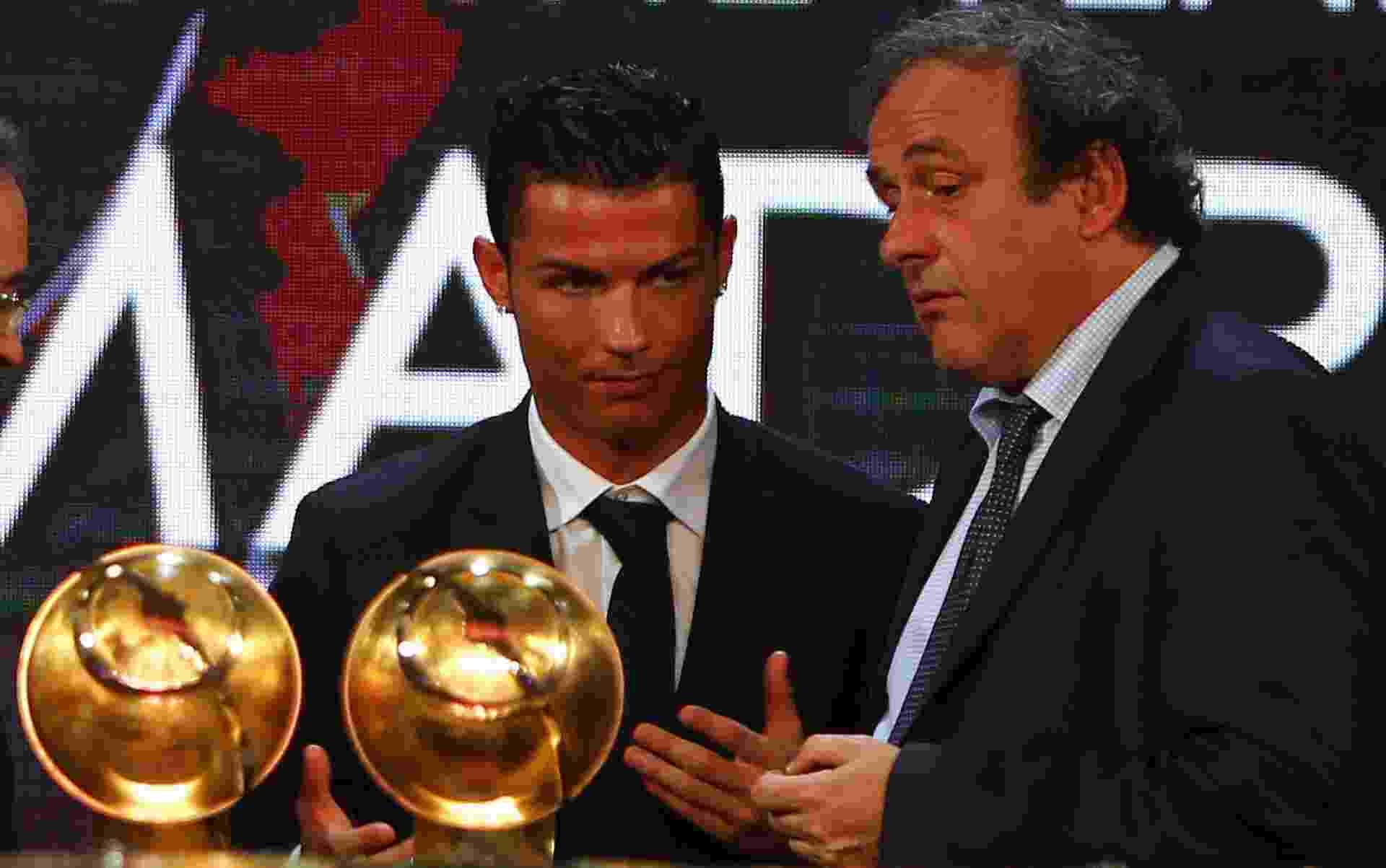 29. dez. 2014 - Cristiano Ronaldo recebe prêmio em Dubai - AFP PHOTO / MARWAN NAAMANI