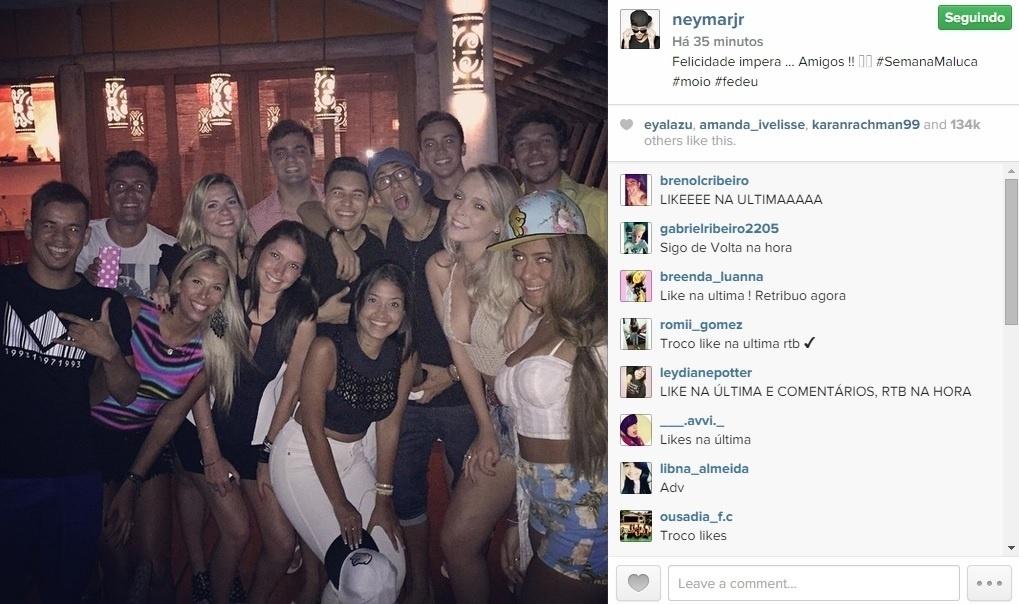 29. dez. 2014 Neymar posa para foto com amigos