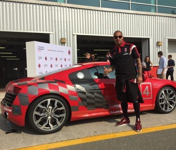 Em meio à intertemporada do Milan, o volante Nigel de Jong aproveitou a passagem por Dubai e recebeu aulas de direção com o piloto holandês Giedo van der Garde