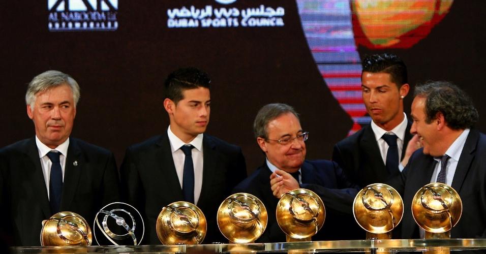 Presidente Michel Platini e jogadores do Real Madrid conversam durante cerimônia do Globe Soccer, premiação que aconteceu em Dubai nesta segunda (29)