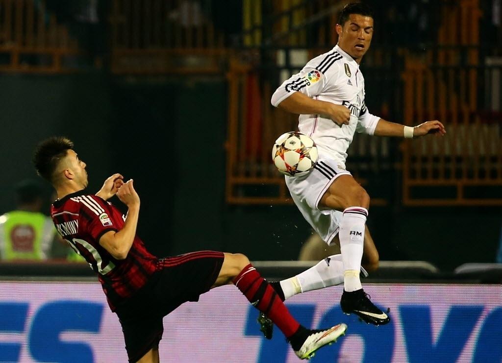 30.dez.2014 - Cristiano Ronaldo disputa pelam bola com el-Shaarawy em amistoso entre Real Madrid e Milan disputado em Dubai