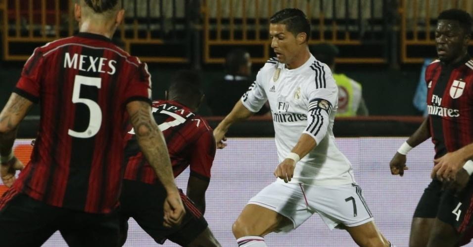 30.dez.2014 - Cristiano Ronaldo encara a marcação de Milan durante amistoso disputado em Dubai
