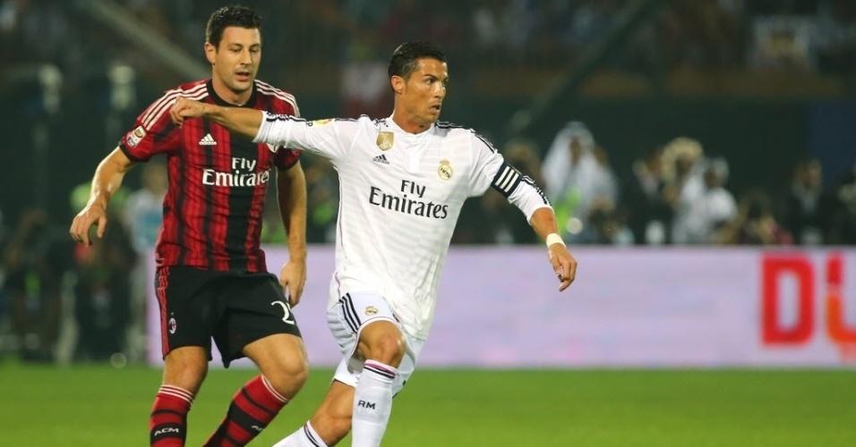 30.dez.2014 - Cristiano Ronaldo se protege da  marcação de Daniele Bonera durante amistoso entre Real Madrid e Milan em Dubai