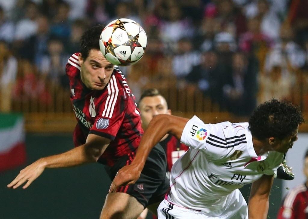 30.dez.2014 - Raphael Varane (dir.) disputa bola de cabeça com Giacomo Bonaventura durante amistoso entre Real Madrid e Milan em Dubai