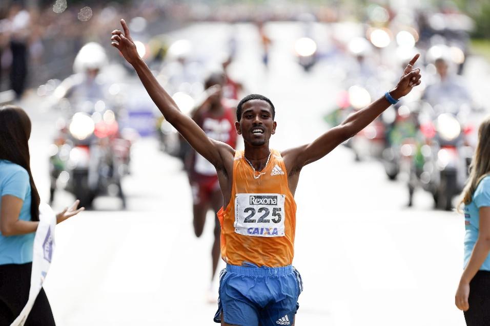 Dawit Admasu, também da Etiópia, cruza a linha de chegada