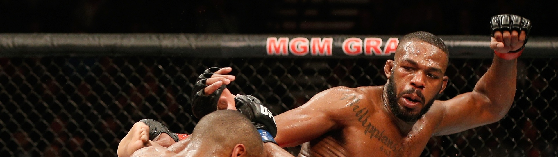 Jon Jones acerta chute na cabeça de Daniel Cormier em luta do UFC 182