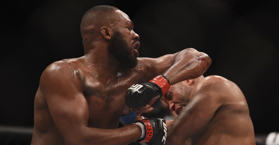 Jon Jones acerta golpe em Cormier na disputa do cinturão