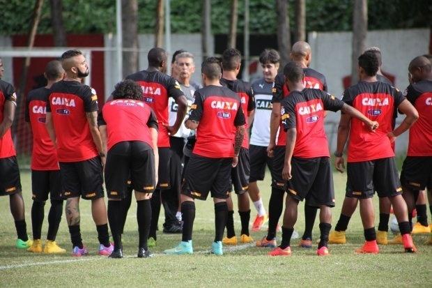 06.jan.2015 - Elenco do Vitória se reapresenta para a temporada 2015
