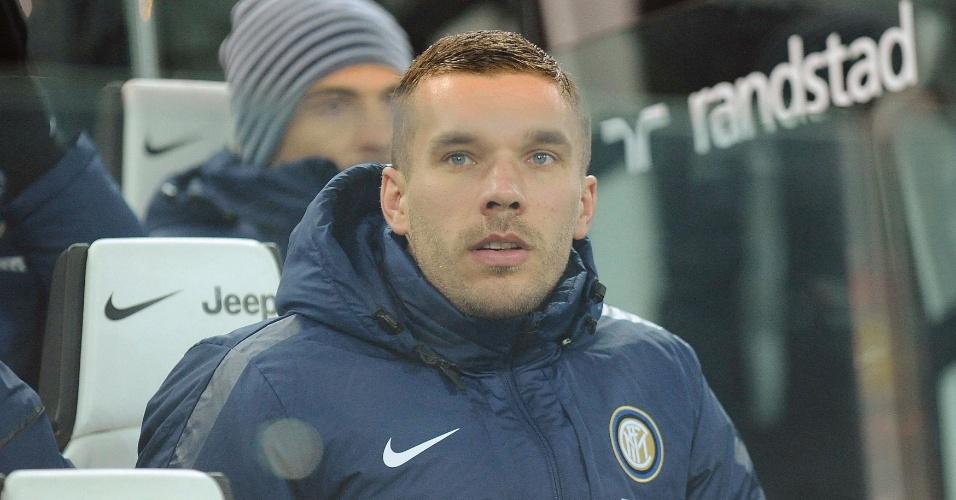 Podolski acompanha a Inter de Milão do banco de reservas