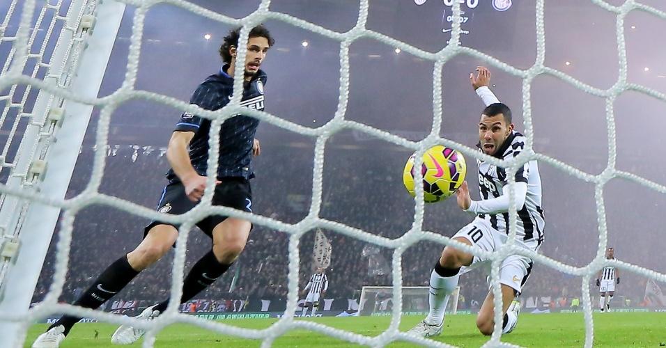 Tévez empurra a bola para as redes para marcar pela Juventus