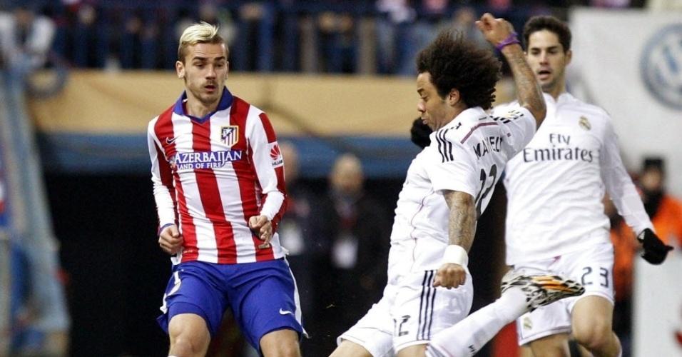 Completando 8 anos com a camisa do Real Madrid, lateral-esquerdo Marcelo divide bola com o atacante Griezmann