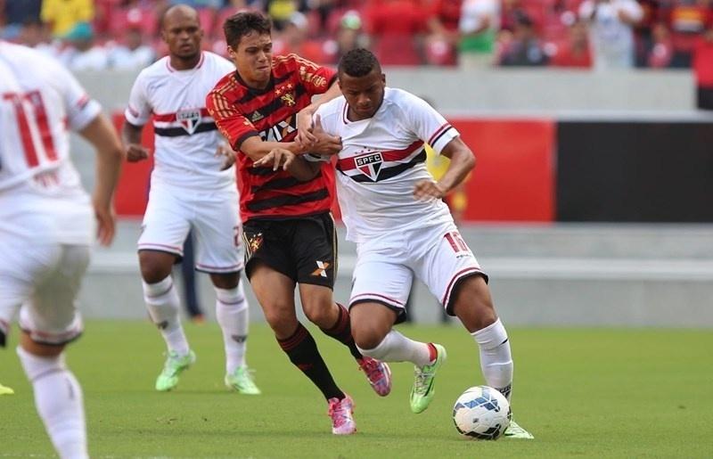 Lateral esquerdo Reinaldo, do São Paulo, contra o Sport