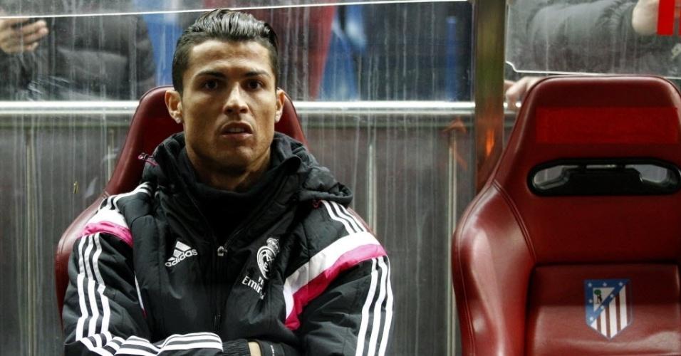 Poupado, Cristiano Ronaldo assiste do banco o clássico de Madrid