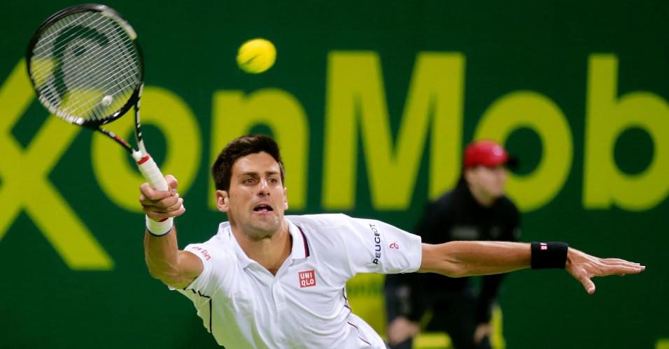 08.jan.2015 - Novak Djokovic enfrenta o croata Ivo Karlovic nas quartas do Torneio de Doha