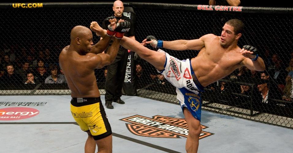 18.abr.2009 - Anderson Silva enfrenta Thales Leite pelo UFC 97 em sua primeira luta contra outro brasileiro no Ultimate