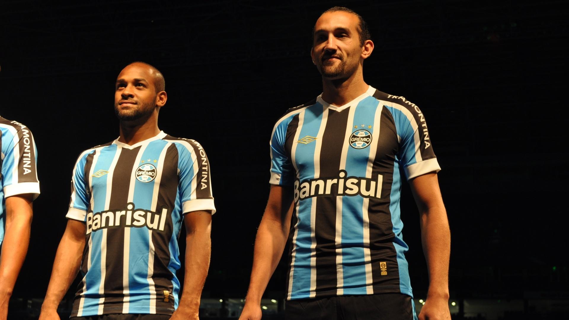 Ao lado de Felipe Bastos, Barcos posa para a foto com o novo uniforme do Grêmio