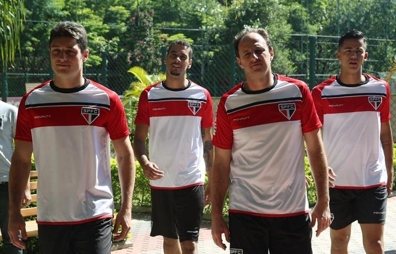 Goleiros, Denis, Leo, Rogério Ceni e Renan Ribeiro acompanham elenco