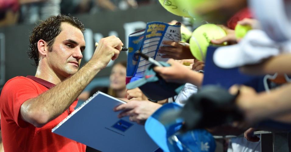 Roger Federer concede autógrafos durante o torneio de Brisbane