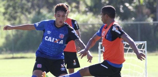8 jan. 2015 - Romarinho disputa bola durante treinamento da equipe do Vasco em Pinheiral