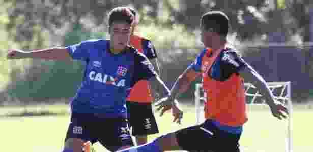 8 jan. 2015 - Romarinho disputa bola durante treinamento da equipe do Vasco em Pinheiral - Marcelo Sadio/Vasco
