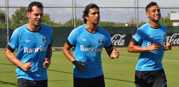 Marcelo Moreno (c) ironizou ao passar pelos jornalistas em treino do Grêmio  - Marinho Saldanha/UOL
