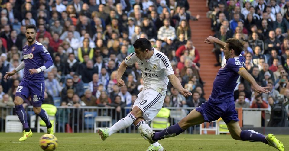 James Rodriguez chuta e abre o placar para o Real Madrid contra o Espanyol, pelo Campeonato Espanhol