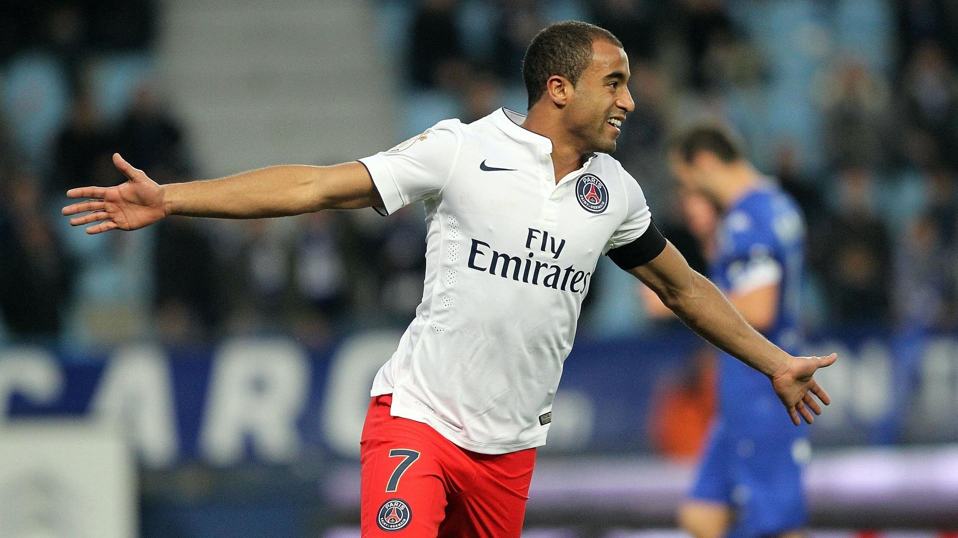 Lucas comemora seu belo gol de cobertura pelo PSG contra o Bastia, pelo Campeonato Francês