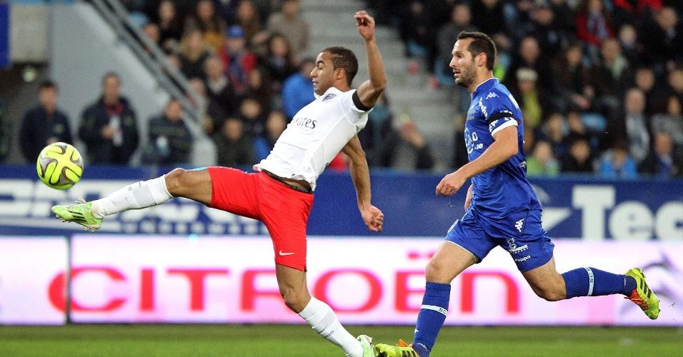 Lucas toca por cima do goleiro e faz golaço para o PSG