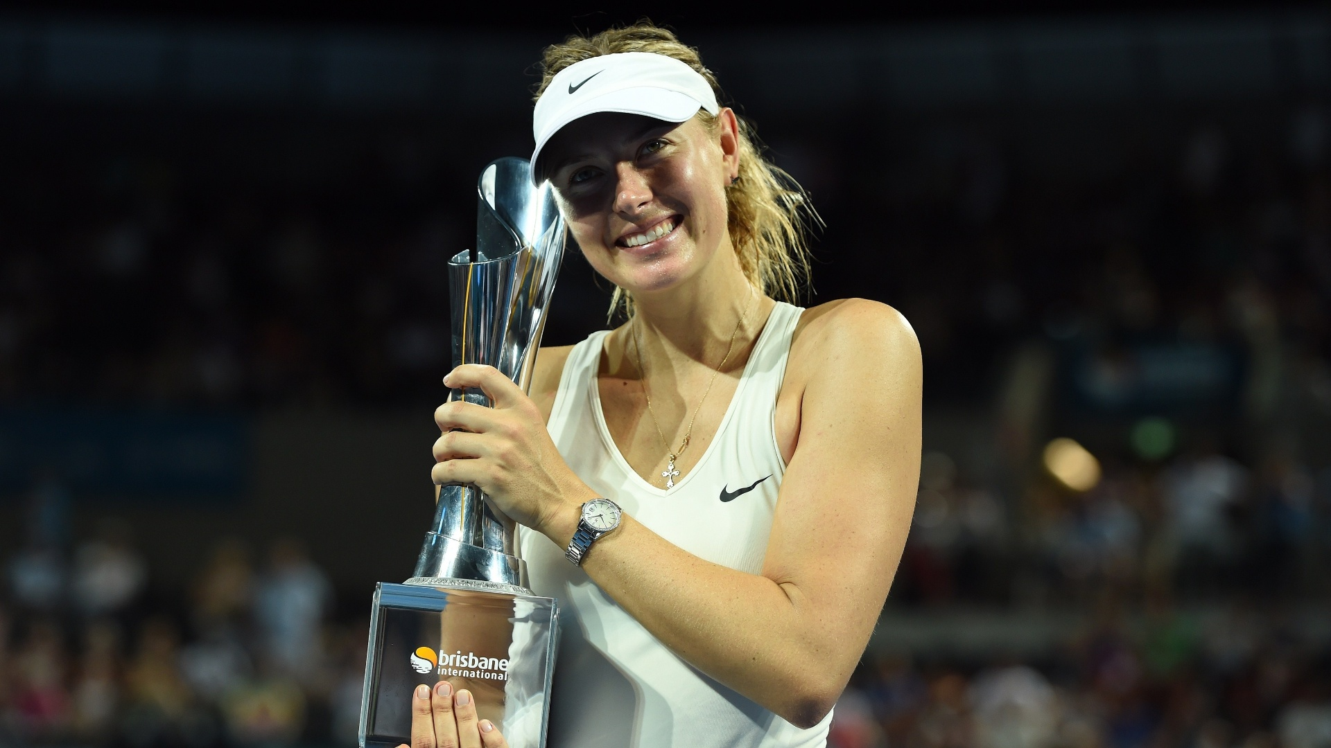 Sharapova posa para fotos com a taça do WTA de Brisbane