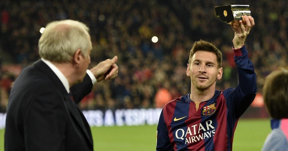 Antes do início do jogo contra o Atlético de Madrid, Messi recebe troféu de maior artilheiro da história do Espanhol