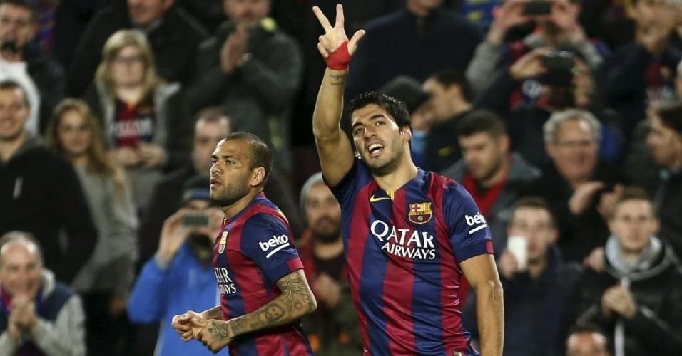 Ao lado do lateral Daniel Alves, Luis Suárez comemora com os torcedores culés o 2º do Barcelona contra o Atlético de Madri