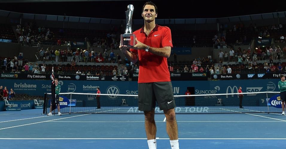 Federer exibe troféu do ATP 250 de Brisbane. Ele nunca havia vencido o torneio