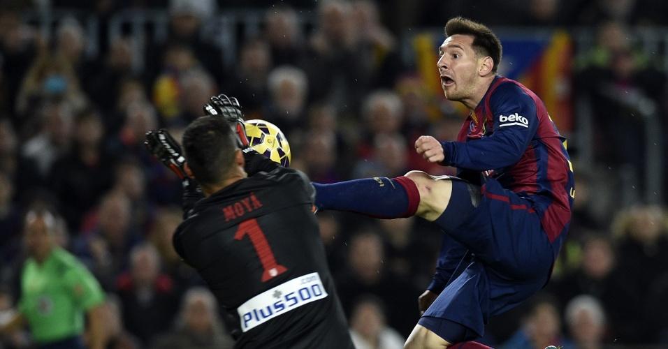 Protagonista da vitória por 3 a 1 do Barcelona sobre o Atlético de Madri, Lionel Messi divide bola com goleiro Moyá