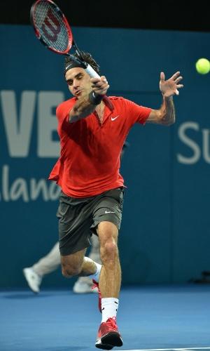 Roger Federer retorna bola para Milos Raonic na final do torneio de Brisbane