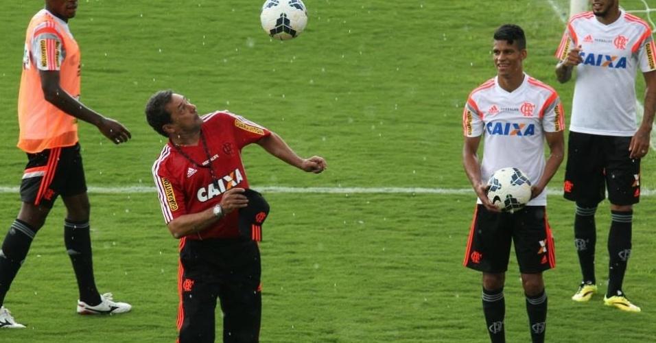 Técnico Vanderlei Luxemburgo cabeceia a bola durante treinamento do Flamengo