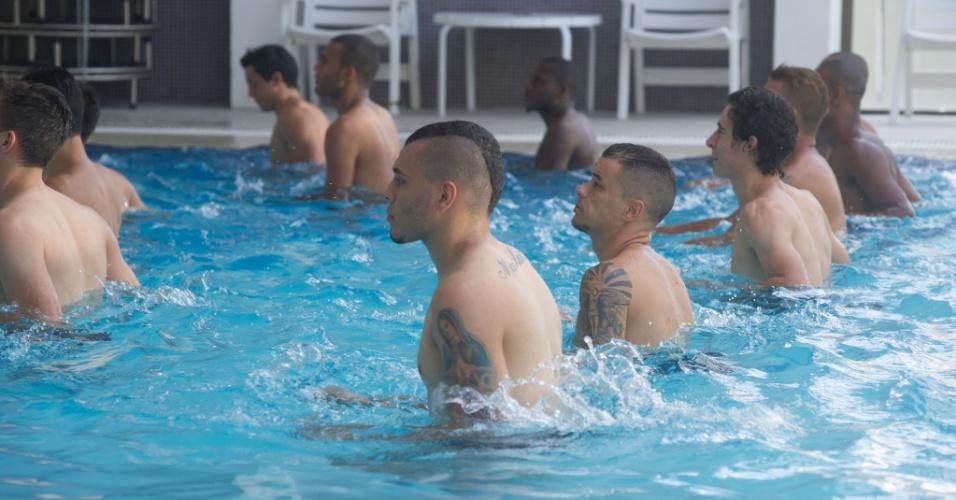 12.jan.2015 - D'Alessandro e demais jogadores do Inter em sessão na piscina, na pré-temporada na Serra Gaúcha