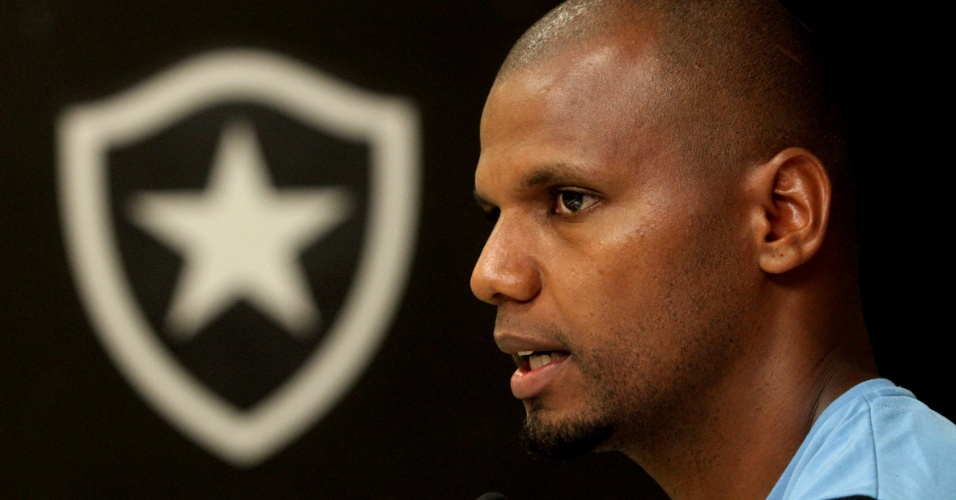 Jefferson concede entrevista após treinamento do Botafogo