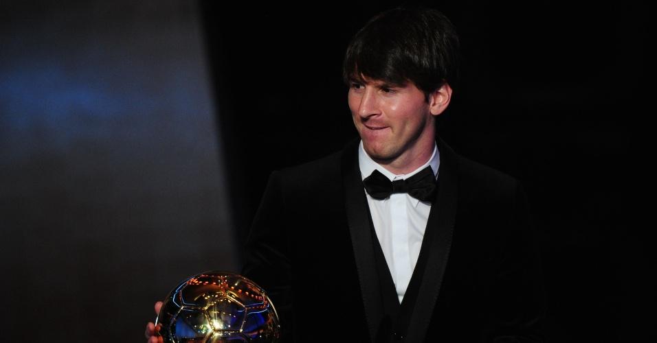 Lionel Messi recebe a Bola de Ouro da Fifa em janeiro de 2011