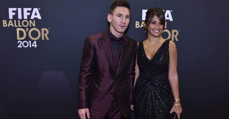 Messi posa para foto com a mulher, Antonella Roccuzzo. Craque do Barcelona repete ousadia fashion dos anos anteriores, agora com modelo quase todo roxo
