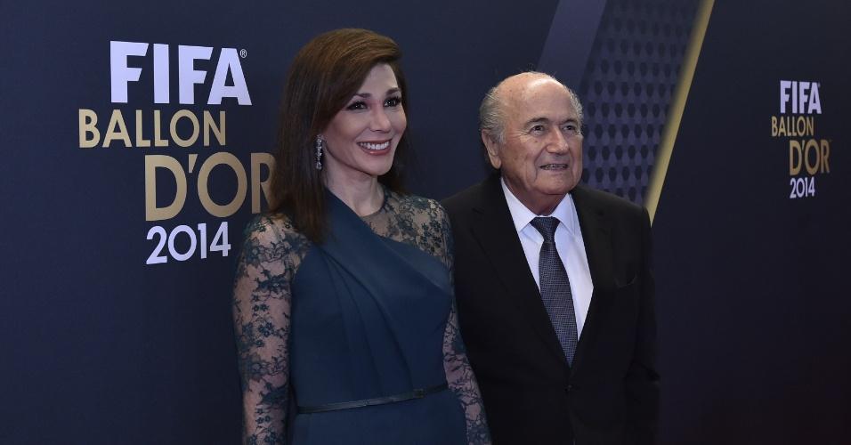 O presidente da Fifa, Joseph Blatter chega ao Bola de Ouro acompanhado de Linda Barras