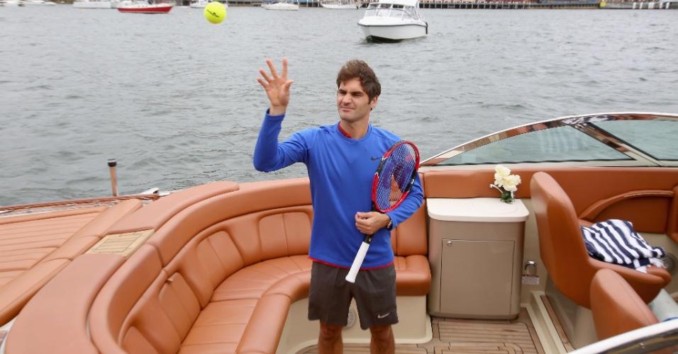 Roger Federer acena para fotógrafos durante evento com Hewitt em Sydney