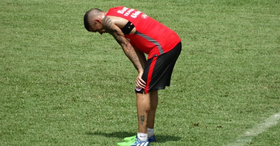13.jan.2015 - Meia D'Alessandro dá sinal de cansaço após treino do Inter em Bento Gonçalves