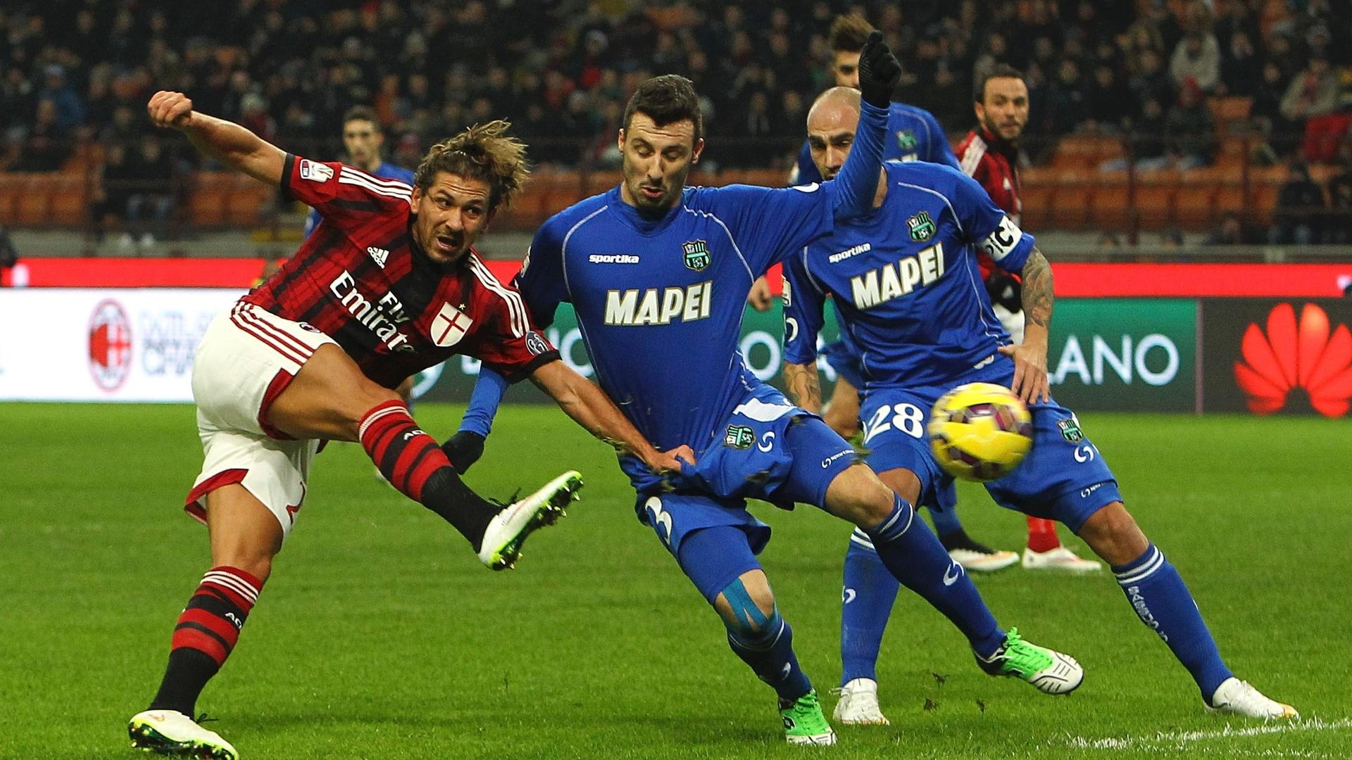 Alessandro Cerci, do Milan, chuta para a área durante o confronto contra o Sassuolo pela Copa da Itália