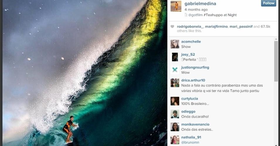 Medina postou foto surfando de noite uma onda em Teahupoo, no Taiti