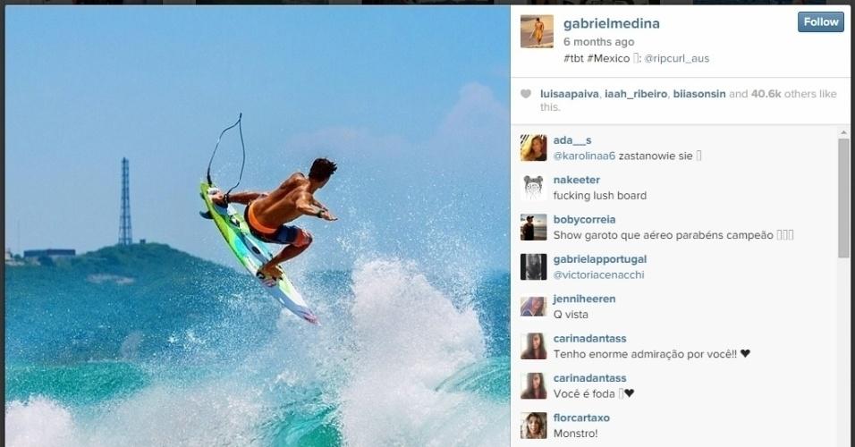 Medina surfa onda durante uma competição no México