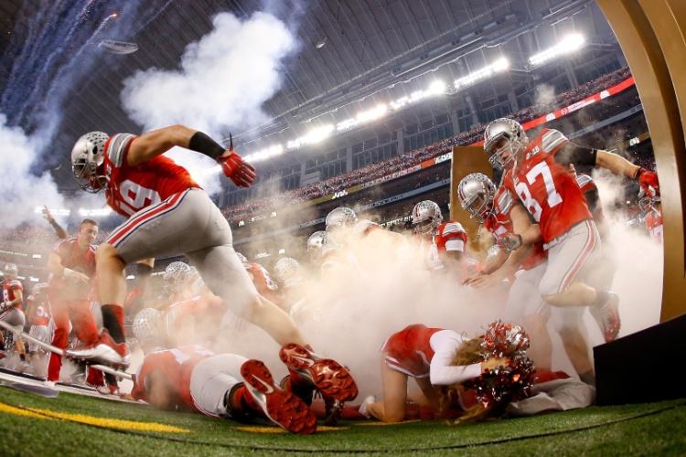 Uma cheerleader do Ohio State acabou sendo atropelada na entrada de seu time em campo, nesta segunda-feira, durante a final do futebol americano universitário