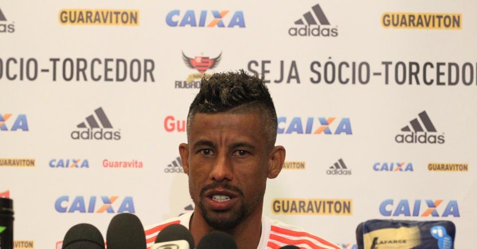 Léo Moura concede entrevista durante a pré-temporada do Flamengo em Atibaia (SP)